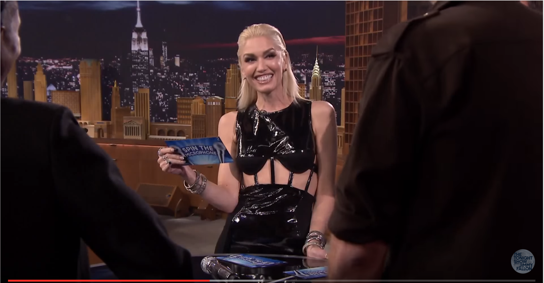 "Watch Gwen Stefani, Pharrell Williams & Adam Levine Play ""Spin The Microphone"" At Fallon´s"